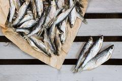 Sonnengetrocknete Fische Vorrat-Fische auf dem braunen Papier stockbilder