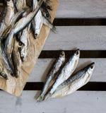 Sonnengetrocknete salzige Fische Vorrat-Fische auf der Kiste Stockbilder