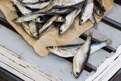 Sonnengetrocknete salzige Fische Vorrat-Fische auf der Kiste Lizenzfreie Stockbilder