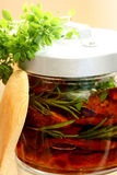 Sonnengetrocknete Tomaten im Olivenöl mit Kräutern Stockbilder