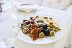 Sonnengetrocknete Tomaten und grüne und schwarze Oliven lizenzfreies stockfoto