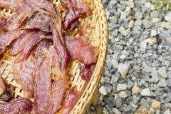 Sonnengetrocknetes Rindfleisch auf dem dreschenden Korb Stockbilder