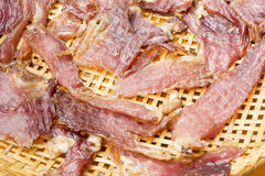 Sonnengetrocknetes Rindfleisch auf dem dreschenden Korb Lizenzfreie Stockfotografie
