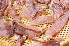 Sonnengetrocknetes Rindfleisch auf dem dreschenden Korb Stockfotos