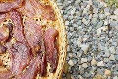 Sonnengetrocknetes Rindfleisch auf dem dreschenden Korb Lizenzfreie Stockfotos