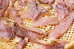 Sonnengetrocknetes Rindfleisch auf dem dreschenden Korb Lizenzfreie Stockbilder