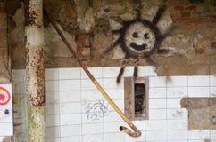Sonnengraffiti in einem verlassenen Altbau Stockfotos