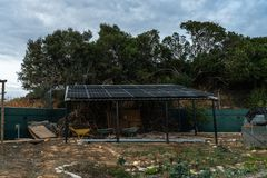 Sonnenkollektor über einem Garten stockbild