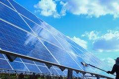 Sonnenkollektor, alternative Stromquelle - Konzept von stützbaren Betriebsmitteln, dieses die Sonnentracking-systeme, Reinigungsw stockfoto