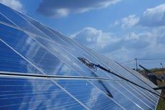 Sonnenkollektor, alternative Stromquelle - Konzept von stützbaren Betriebsmitteln, dieses die Sonnentracking-systeme, Reinigungsw lizenzfreies stockbild
