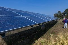 Sonnenkollektor, alternative Stromquelle - Konzept von stützbaren Betriebsmitteln, dieses die Sonnentracking-systeme, Reinigungsw lizenzfreie stockfotos