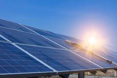 Sonnenkollektor, alternative Stromquelle - Konzept von stützbaren Betriebsmitteln, dieses die Sonnentracking-systeme, Reinigungsw stockbild