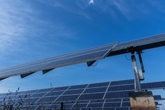 Sonnenkollektor, alternative Stromquelle - Konzept von stützbaren Betriebsmitteln und dieses ist ein neues System, das erzeugen k stockfotografie