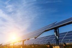 Sonnenkollektor, alternative Stromquelle - Konzept von stützbaren Betriebsmitteln und dieses ist ein neues System, das erzeugen k stockbild