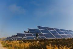 Sonnenkollektor, alternative Stromquelle - Konzept von stützbaren Betriebsmitteln und dieses ist ein neues System, das erzeugen k lizenzfreie stockfotografie