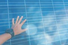 Sonnenkollektor, alternative Stromquelle - Konzept von st?tzbaren Betriebsmitteln und dieses ist ein neues System, das erzeugen k lizenzfreie stockfotografie