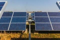 Sonnenkollektor, alternative Stromquelle - Konzept von st?tzbaren Betriebsmitteln und dieses ist ein neues System, das erzeugen k stockfotografie
