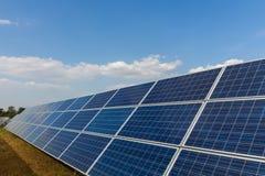 Sonnenkollektor, alternative Stromquelle - Konzept von st?tzbaren Betriebsmitteln und dieses ist ein neues System, das erzeugen k lizenzfreies stockbild