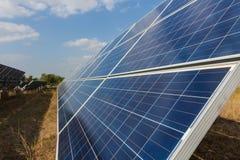 Sonnenkollektor, alternative Stromquelle - Konzept von st?tzbaren Betriebsmitteln und dieses ist ein neues System, das erzeugen k lizenzfreies stockfoto