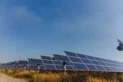 Sonnenkollektor, alternative Stromquelle - Konzept von st?tzbaren Betriebsmitteln und dieses ist ein neues System, das erzeugen k lizenzfreie stockfotos