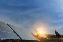 Sonnenkollektor, alternative Stromquelle - Konzept von st?tzbaren Betriebsmitteln und dieses ist ein neues System, das erzeugen k lizenzfreie stockbilder