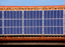 Sonnenkollektor auf Dach Lizenzfreies Stockfoto
