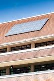 Sonnenkollektor auf Dach des Bürogebäudes Lizenzfreie Stockfotos