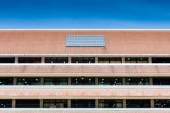 Sonnenkollektor auf Dach des Bürogebäudes Stockbilder