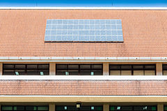 Sonnenkollektor auf Dach des Bürogebäudes Stockbild