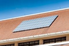 Sonnenkollektor auf Dach des Bürogebäudes Stockfotos