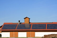 Sonnenkollektor auf dem Dach Lizenzfreies Stockfoto