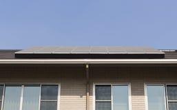 Sonnenkollektor auf einem Dachhaus Stockfotografie