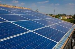 Sonnenkollektor auf einem Hausdach. Grüne Energie von der Sonne Lizenzfreies Stockbild