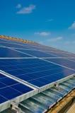 Sonnenkollektor auf einem Hausdach. Grüne Energie von der Sonne Stockfoto