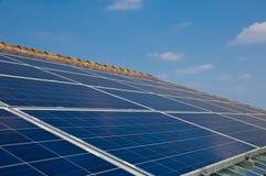 Sonnenkollektor auf einem Hausdach. Grüne Energie von der Sonne Lizenzfreies Stockfoto