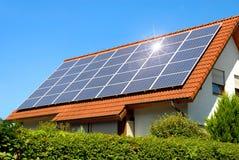 Sonnenkollektor auf einem roten Dach Lizenzfreies Stockfoto