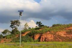 Sonnenkollektor auf elektrischem Pfosten auf Straße für Blitz im countrysi Stockfotos