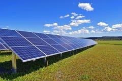 Sonnenkollektor auf Feld Lizenzfreies Stockfoto