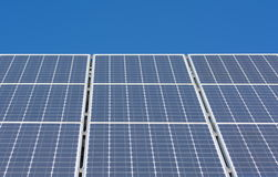 Sonnenkollektor-blauer Himmel Stockfotos