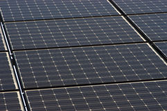 Sonnenkollektor deckt Nahaufnahme, Panel-grüne Energie mit Ziegeln Stockfotos