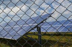 Sonnenkollektor eingezäunt in einem rostigen Draht Stockbilder