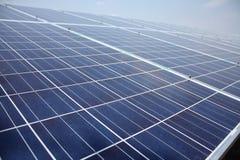 Sonnenkollektor gegen blauen Himmel lizenzfreies stockbild