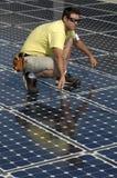 Sonnenkollektor installieren 2 Lizenzfreie Stockfotografie
