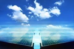 Sonnenkollektor mit reflektieren weiße Wolke Lizenzfreies Stockfoto