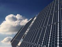 Sonnenkollektor mit Sun und Wolken auf Hintergrund stock abbildung