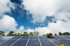 Sonnenkollektor mit Windkraftanlage Stockfotografie