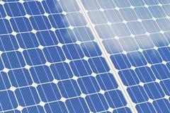 Sonnenkollektor-OM-Weißhintergrund Blaue Sonnenkollektoren Alternative Energie des Konzeptes Abbildung 3D Stockbild