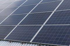 Sonnenkollektor-Reihe auf dem Dach, das photo-voltaische alternative Stromquelle aufbaut stockbild