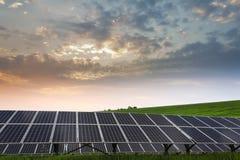Sonnenkollektor und erneuerbare Energie stockfotos