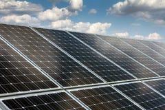 Sonnenkollektor und erneuerbare Energie lizenzfreies stockbild